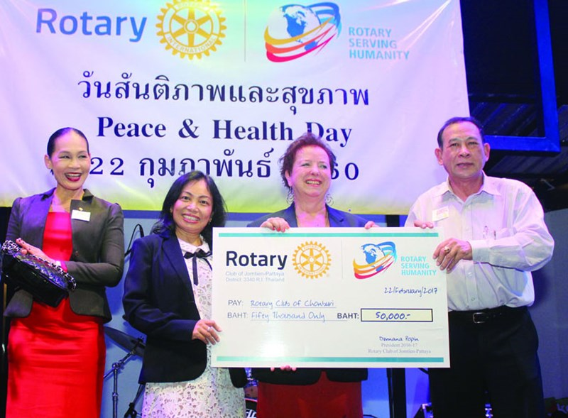 Pres. Dzenana Popin (2nd right) and PE Nachlada Pamonmontree (centre) of the Rotary Club of Jomtien-Pattaya presents a cheque of 50,000 baht to President Chamnote Plongudom of the Rotary Club of Chonburi